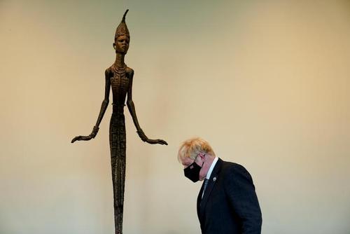 مجسمه هدیه یک هنرمند نیجریه ای به سازمان ملل در مقر این سازمان در نیویورک و در حاشیه دیدار نخست وزیر بریتانیا با دبیر کل سازمان ملل/ رویترز