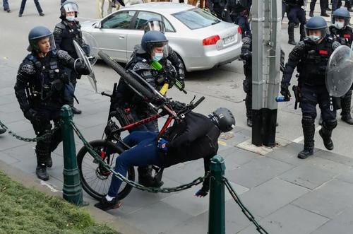 مقابله پلیس استرالیا با معترضان به محدودیت های کرونایی در شهر ملبورن/ خبرگزاری فرانسه