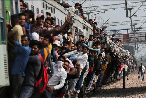حرکت قطار مملو از مسافر از ایستگاه قطار شهر قاضی آباد هند/ رویترز
