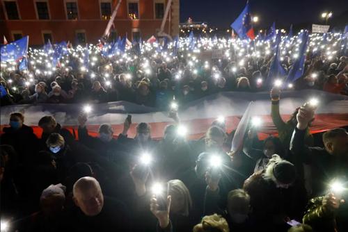 تظاهرات طرفداران برتری قوانین اتحادیه اروپا بر قوانین ملی در شهر ورشو لهستان/ خبرگزاری فرانسه