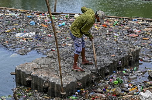 جمع کردن زباله ها از دریاچه ای در حومه شهر کلمبو سریلانکا/ خبرگزاری فرانسه