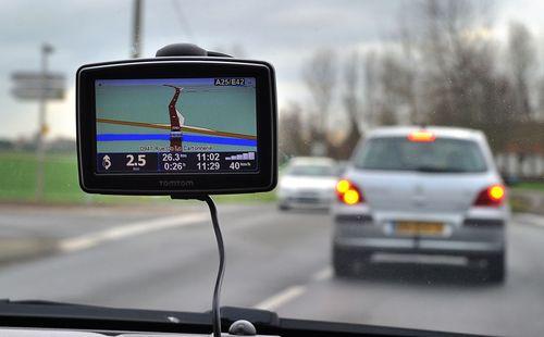 دستگاه جیپیاس: پیش از آن که اپلیکیشن هایی مانند گوگل مپس راهی تلفن های همراه هوشمند شوند، دستگاه های جیپیاس برای مسیریابی روی شیشه جلو بسیاری از خودروها دیده می شدند.