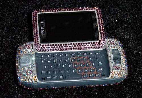 تلفن های همراه با صفحه کلید کشویی:سایدکیک تی موبایل از تلفن های همراه شناخته شده در سال 2006 بود. نمایشگر این تلفن همراه حالت کشویی داشت تا امکان استفاده از یک صفحه کلید کامل فراهم شود.