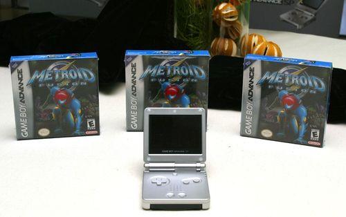 گیم بوی ادونس: کنسول بازی قابل حمل گیم بوی ادونس با نمایشگر تاشو، انجام بازی در هر زمان و هر مکانی را ممکن می کرد.
