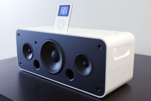 داک آیپاد: برای شارژ آیپاد خود باید آن را به یک منبع نیرو متصل می کردید، اما داک های مختلفی از جمله نمونه های دارای بلندگو برای این محصول ارائه شده بودند که در کنار شارژ دستگاه امکان گوش دادن به آهنگ با صدایی بلندتر را نیز فراهم می کردند.
