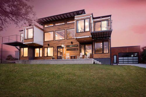 خانه کانتینتری دنور: با مساحت 3 هزار فوت مربع (279 متر مربع)، این خانه کانتینری در شهر دنور، کلرادو، زیبایی صنعتی را با عناصر روستایی ترکیب کرده است. در داخل، اتاقی بزرگ با سقفی مرتفع بخش مرکزی خانه را شکل می دهد.