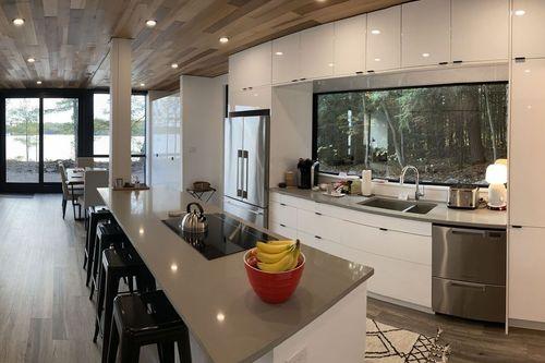 اچاو4+ در جزیره وبر: طراحی شده توسط شرکت هونوموبو، فعال در زمینه ساخت خانه های ماژولار و پیش ساخته، این خانه در جنگلی واقع در جزیره وبر در نزدیکی بندر هانی، انتاریو، قرار دارد. این یکی از چهار واحد اچاو4+ (HO4+) هونوموبو است که چهار کانتینر را شامل می شود.