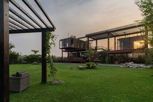 اسکیپ دن: شرکت معماری ریور اند رین مجموعه ای زیبا را در داکا، بنگلادش به نام اسکیپ دن (Escape Den) ایجاد کرده است. در ساخت این مجموعه از کانتینرهای حمل بار بازیافتی استفاده شده است.