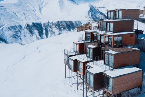 اقامتگاه کوادروم: در ساخت اقامتگاه اسکی و یوگا کوادروم در گودائوری، گرجستان، از کانتینرهای حمل بار استفاده شده که با پنل های چوبی روکش شده و اقامتگاهی با ظاهری مدرن و جذاب در کوه های قفقاز شکل گرفته است.