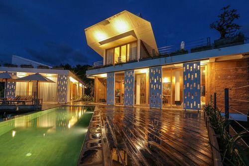 هفت پناهگاه: هتل لوکس هفت پناهگاه (Seven Havens) در دامنه تپه ای در لومبوک، اندونزی، قرار دارد و یکی از بهترین چشم اندازها را در جزیره ای که در آن قرار دارد، ارائه می کند. چهار اتاق مجزا و همچنین یک ویلای سه خوابه برای کرایه در این مجموعه وجود دارند.