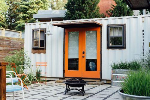 خانه کانتینری کوچک: به جای اقامت در خانه ای کوچک، می توانید در این کانتینر جمع و جور اقامت کرده و یک تعطیلات دوستدار محیط زیست را در آتلانتا، جورجیا، تجربه کنید. این واحد دنج و راحت دارای یک حیاط زیبا، یک تختخواب و یک شومینه است.