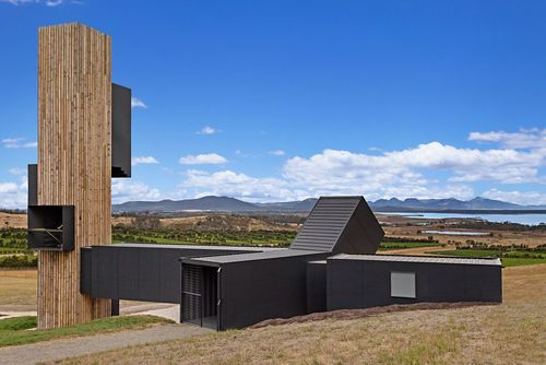 گوشه شیطان: شرکت معماری کولوموس با استفاده از کانتینرهای حمل بار این مجموعه را طراحی و در تاسمانی، استرالیا ساخته است. از برج این مجموعه می توان چشم اندازی زیبا به محیط اطراف داشت.