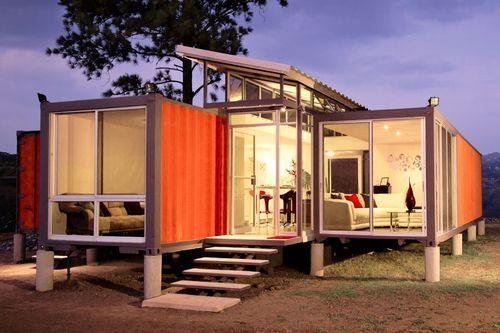 کانتینرهای امید: گابریلا کالوو و مارکا پرالتا مالکان این خانه کانتینری هستند. آنها بودجه ای 40 هزار دلاری برای ساخت خانه رویایی خود در نزدیکی سن خوزه، کاستاریکا داشتند. شرکت معماری استودیو ساکس برای این که پروژه در محدوده بودجه مورد نظر باقی بماند از دو کانتینر حمل بار استفاده کرد.