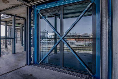 مسافرخانه داک: این مسافرخانه که در شهر بندری وارنومند، آلمان، قرار دارد، دارای 64 اتاق با 188 تختخواب است و با استفاده از کانتینرهای حمل بار قدیمی ساخته شده است. مواد بازیافتی در سراسر این مجموعه دیده می شوند، از جمله پالت های چوبی حمل بار دریایی که برای ساخت صندلی ها استفاده شده اند.