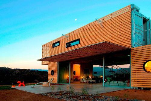 خانه مانیفستو: شرکت معماری جیمز و مائو طی همکاری با شرکت اینفینیسکی، فعال در زمینه ساخت خانه های ماژولار، خانه مانیفستو را با استفاده از کانتینر حمل بار در کیوراکافای، شیلی، ساخته است. نمای ظاهری چوبی این خانه نیز با استفاده از پالت های چوبی بازیافتی شکل گرفته که قابلیت باز شدن برای کمک به تنظیم دمای داخل خانه را دارد.