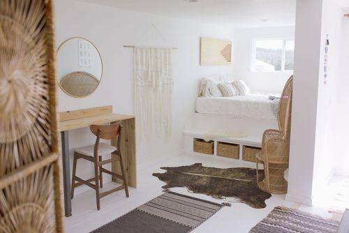 خانه کانتینری کوچک: این خانه کوچک ساخته شده با استفاده از کانتینر به شبکه برق سراسری متصل نیست، اما دارای یک دکور بوهمیان جالب توجه است.