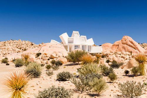 اقامتگاه درخت جاشوا: این اقامتگاه یکی از برجستهترین ساختمان هایی است که با استفاده از کانتینرهای حمل بار در جهان ساخته شده است. استودیو ویتاکر خالق این مجموعه در صحرای کالیفرنیا است.