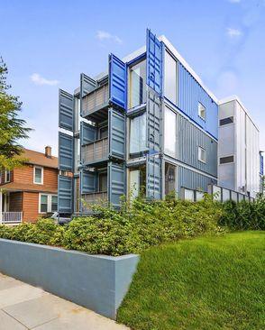 خانه کانتینر دریایی دیسی: شرکت تراویس پرایس آرکیتکت خانه کانتینر دریایی دیسی را به عنوان یک خوابگاه دانشجویی در شهر واشنگتن ساخته است. ساخت این مجموعه در کل هفت ماه زمان برد.