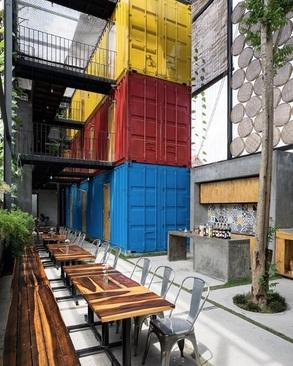مسافرخانه کاسا: این مسافرخانه رنگارنگ در نا ترانگ، ویتنام، نخستین ساختمان ساخته شده با کانتینر در این شهر بود. این مجموعه با الهام از خانه های سنتی ویتنامی شکل گرفت و دارای بلوک های جداگانه برای نشیمن، خواب، و شستشو است.