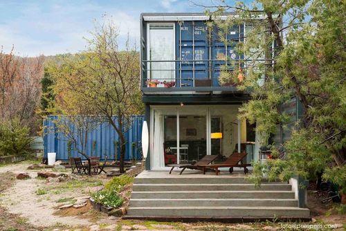 خانه ال تیمبلو: این خانه که در ال تیمبلو، اسپانیا، قرار دارد، حاصل همکاری شرکت جیمز اند مائو و شرکت اینفینیسکی است و یک خانه خصوصی دوستدار محیط زیست و ماژولار محسوب می شود. حدود 70 درصد از مواد مورد استفاده در ساخت این خانه بازیافتی بوده اند.