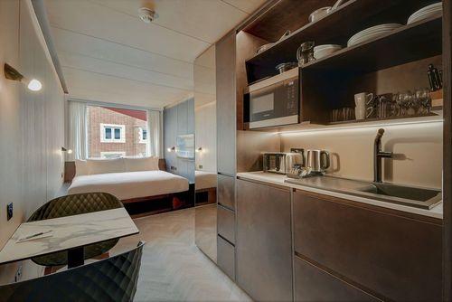 استو-اوی واترلو: استو-اوی واترلو (Stow-Away Waterloo) توسط شرکت دون سیلور کر طراحی شده و یک هتل/آپارتمان در شهر لندن با 20 سوئیت است. در شرایطی که نمای ظاهری به رنگ سفید است، اما در طراحی داخلی از چوب هایی با رنگ گرم استفاده شده است.