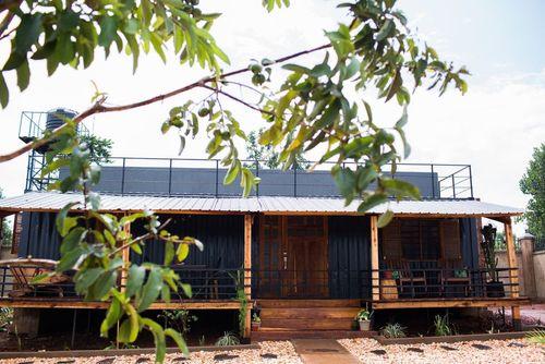 کانتینر هاوس: این خانه کانتینری در جینجا، اوگاندا، قرار دارد و یک سبک مزرعه روستایی را با ماهیت صنعتی کانتینر حمل بار ترکیب کرده است.