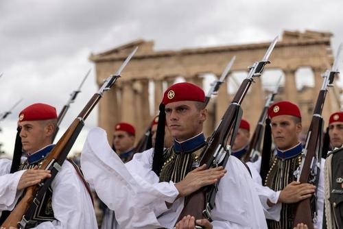 مراسم هفتادوهفتمین سالگرد آزادسازی شهر آتن از اشغال آلمان نازی/ رویترز