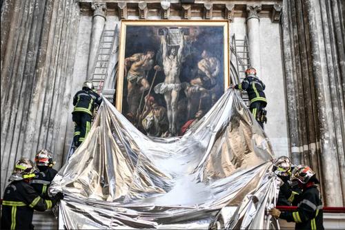 آتش نشانان فرانسوی در حین یک مانور ایمنی با هدف حفظ آثار هنری در کلیسای جامع