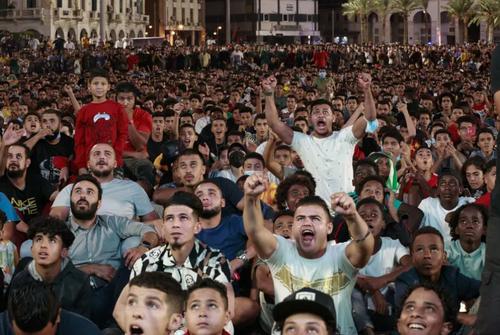 تماشای عمومی بازی دو تیم فوتبال لیبی و مصر در چارچوب مقدماتی جام جهانی 2024 قطر در شهر طرابلس لیبی/ آسوشیتدپرس