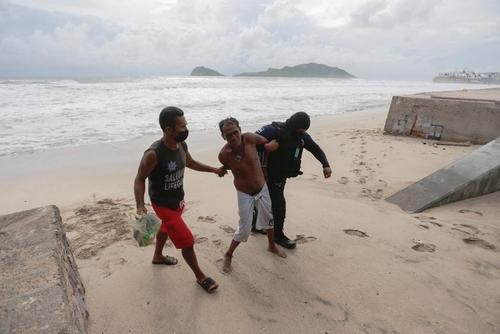 دستگیری یک مرد مکزیکی که بر خلاف قوانین قرنطینه به ساحل آمده است./ رویترز